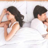 sorgligt par som ligger i sängen