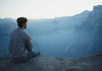 En man tittar på bergen