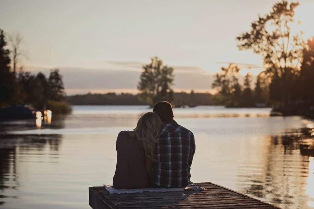 par sitter vid sjön