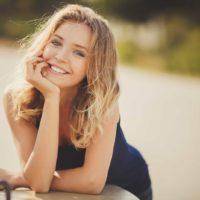 blond kvinna leende