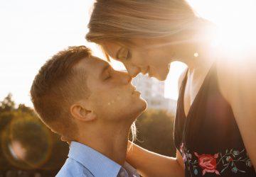 vackra unga par ler och kramar