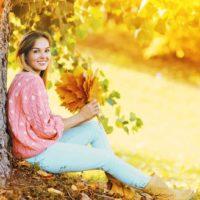 le kvinna som håller ett blad