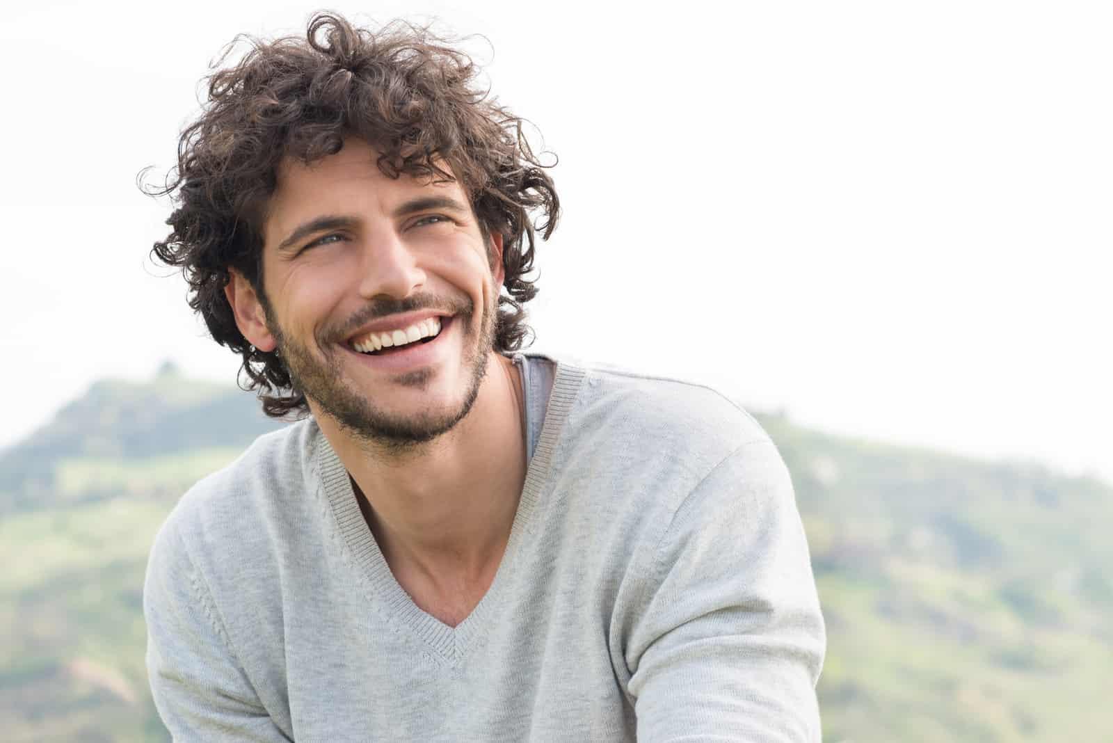 vacker man ler