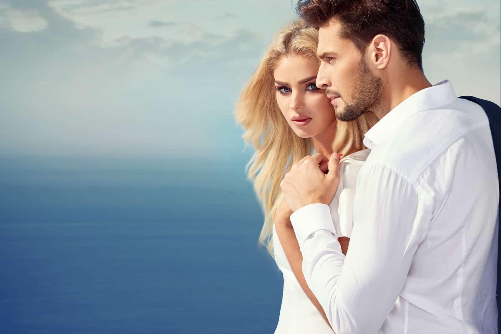 Eleganta och attraktiva par som tycker om deras semester