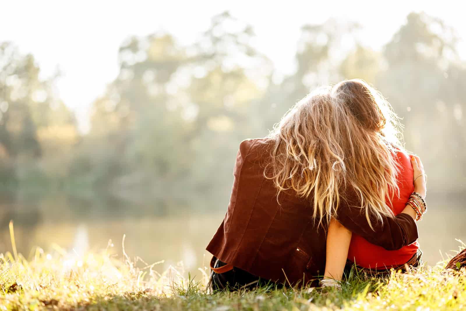 två systrar som kramar varandra i naturen