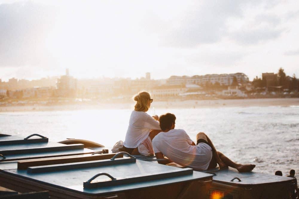 par sitter vid floden