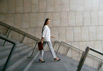 affärskvinna som går på trappor