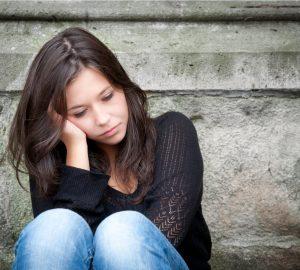 fundersam kvinna som sitter utanför