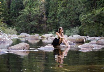 kvinna sitter på rock