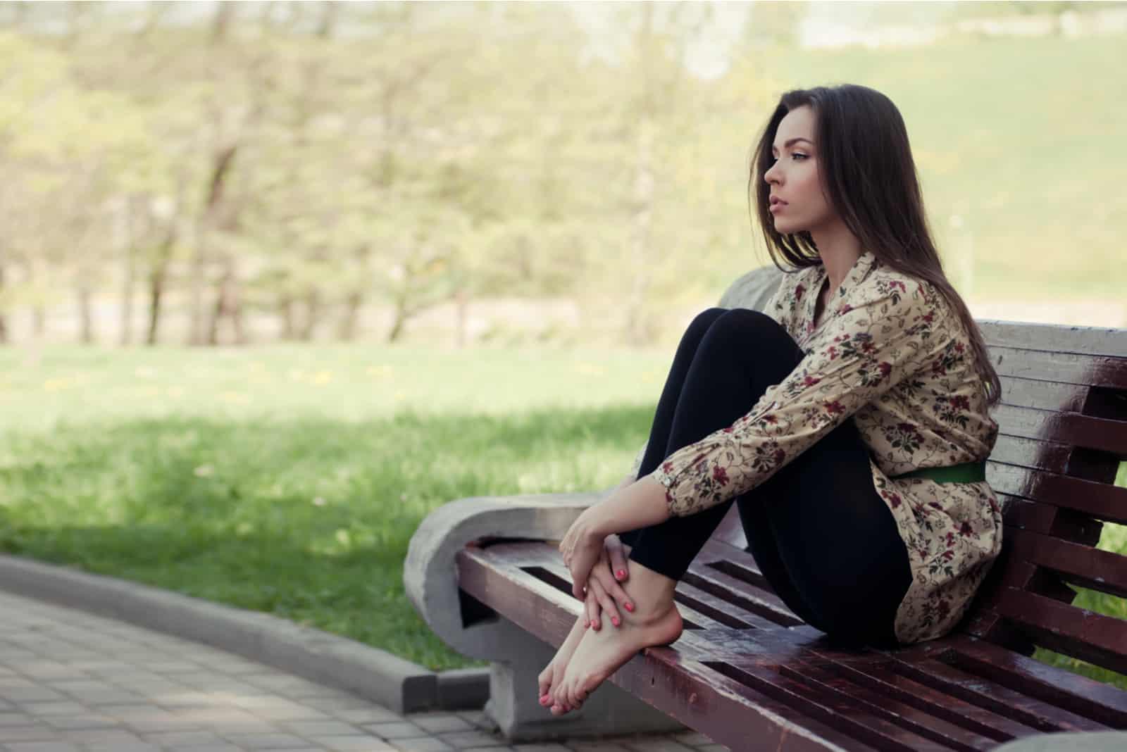 flicka sitter på bänken