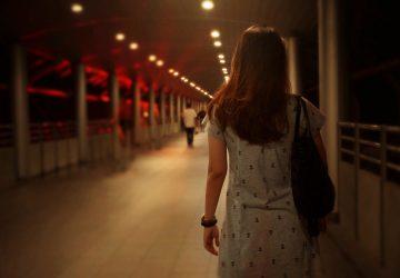 Kvinnor som går ensam