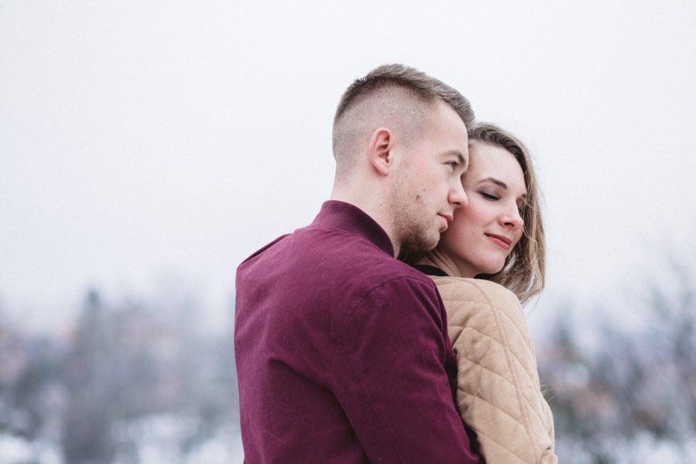 man och kvinna utomhus