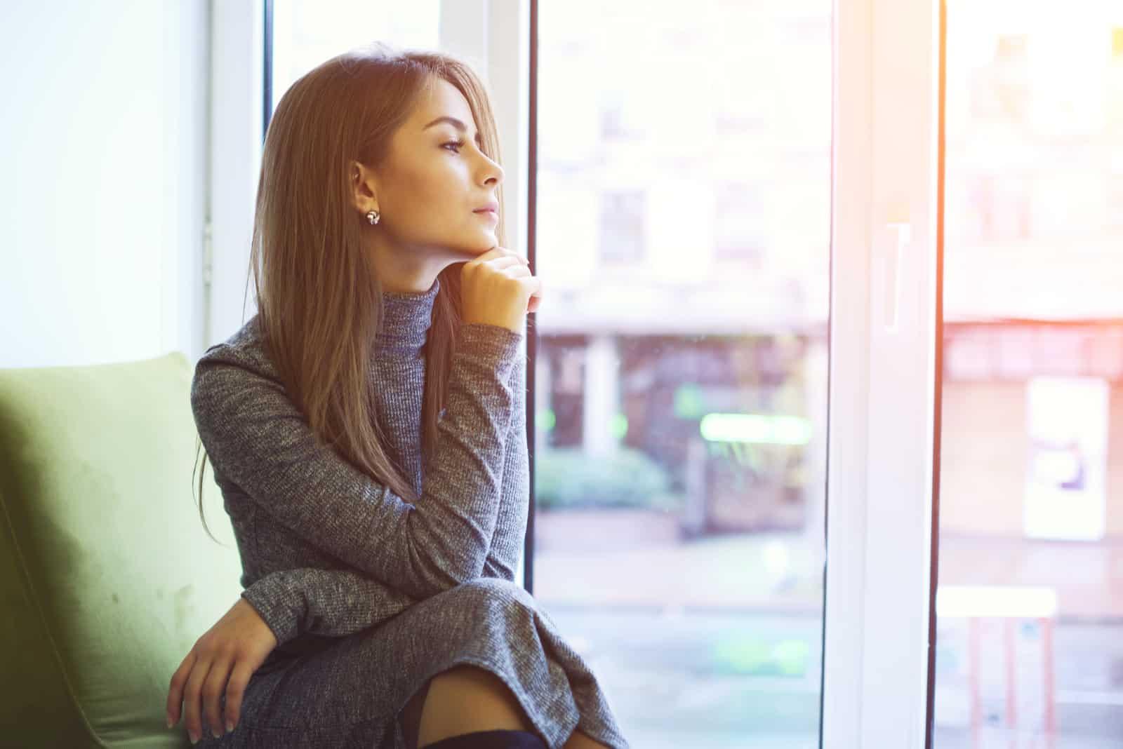 uppmärksam attraktiv välklädd kvinna