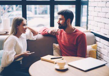 par sitter på café och pratar