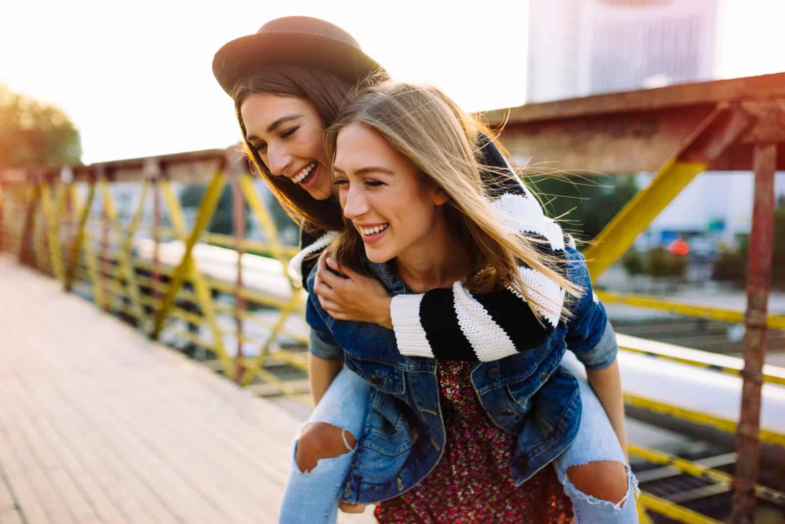 Två vackra systrar hipster flickor kramar och har kul tillsammans