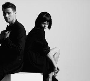 svartvitt foto av man och kvinna som poserar för foto