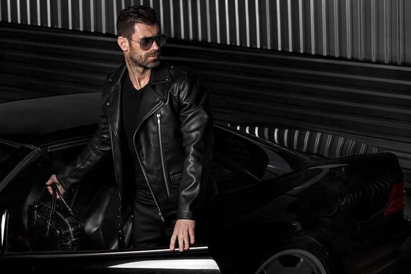alfaman som står framför öppna bildörrar