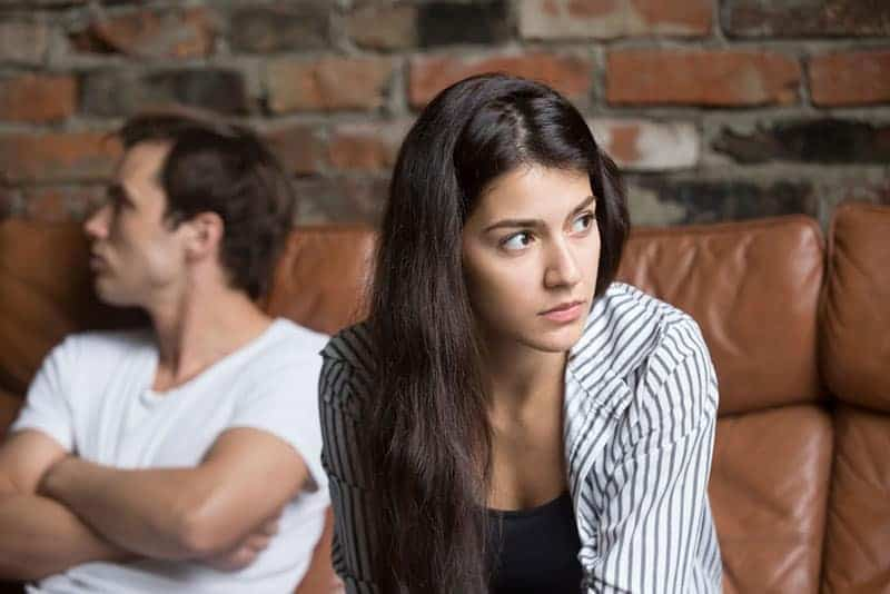fundersam kvinna som sitter med sin man hemma