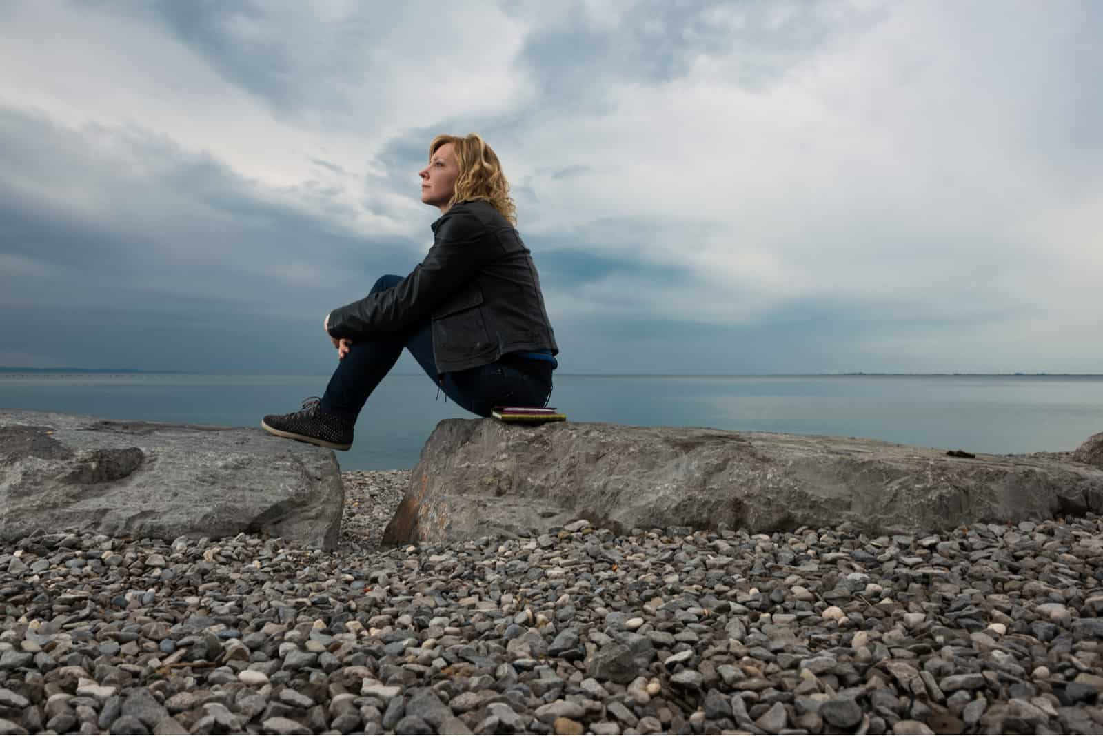 fundersam kvinna som sitter ute ensam