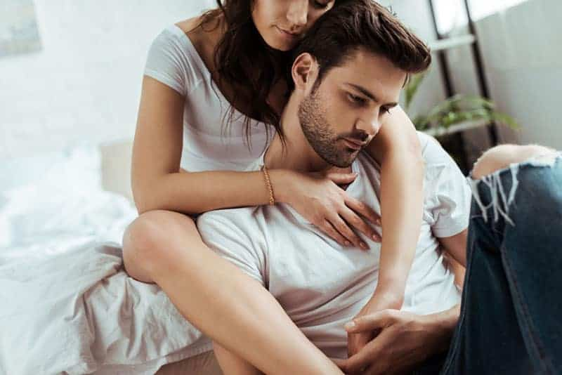 kvinna som tröstar en man