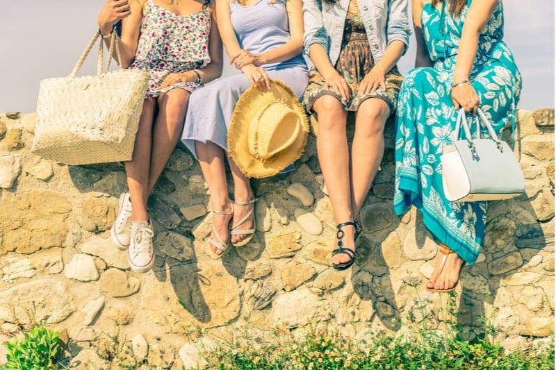 kvinder sidder udendørs