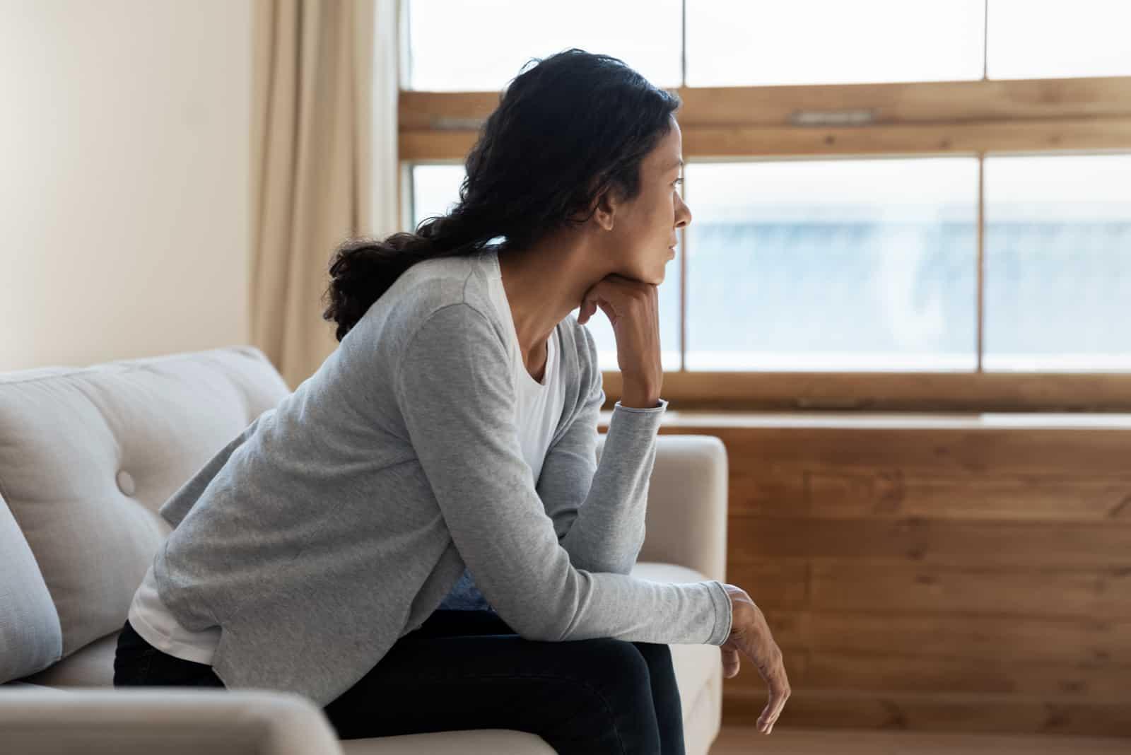 ledsen ung flicka sitta på soffan