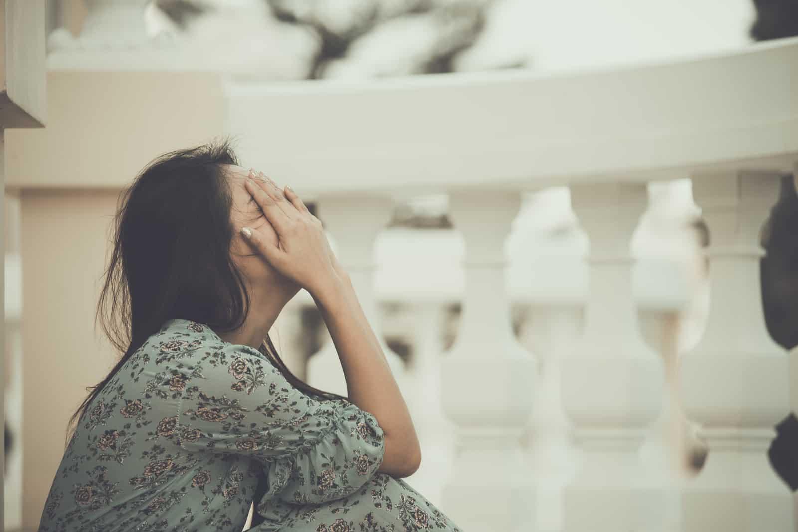 ledsen upprörd kvinna som sitter ensam