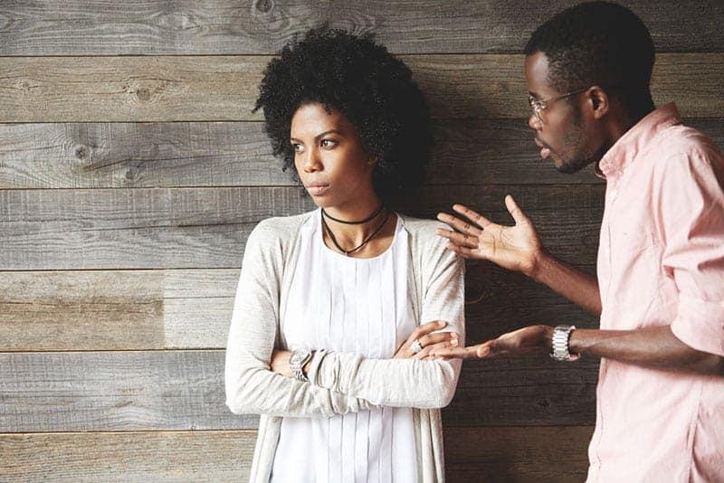 man argumenterar med kvinnan medan hon tittar bort