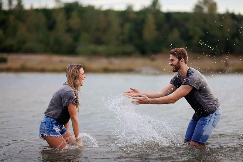 man och kvinna som leker på vattnet