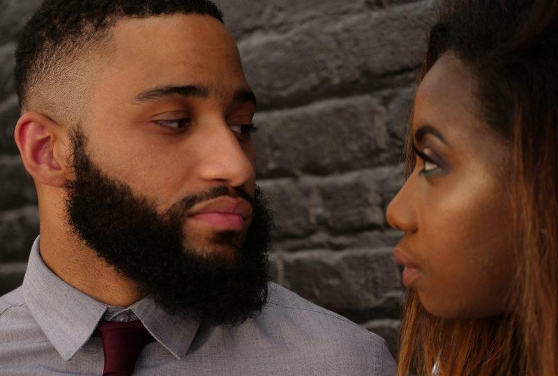 man och kvinna som ser varandra i ögonen