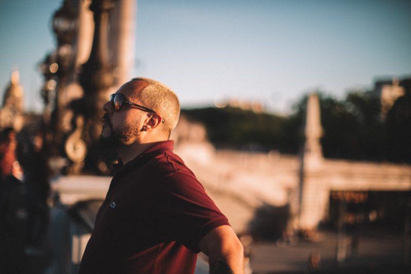 man som bär solglasögon som står ensam utomhus