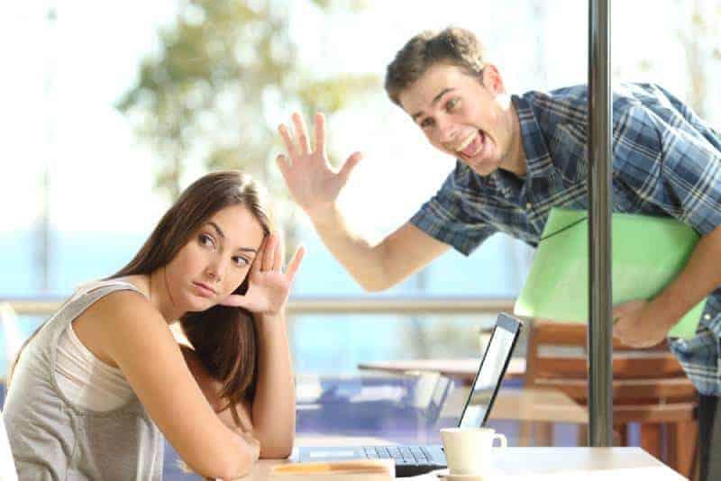 orolig-kvinna-tittar-på-hennes-telefon-på-café