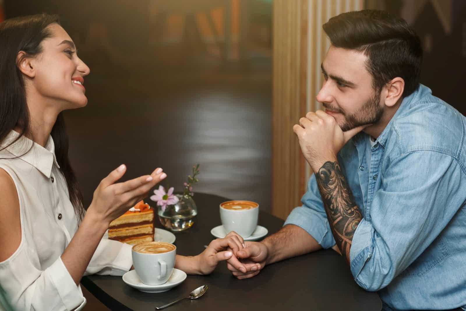 par dricker kaffe och pratar
