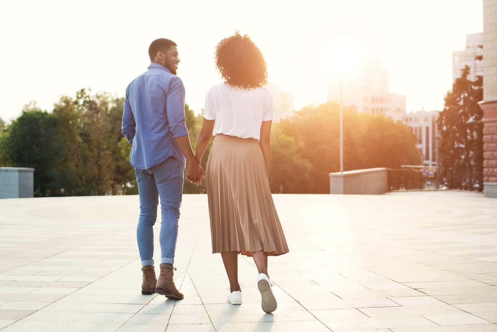 par promenader håller hand