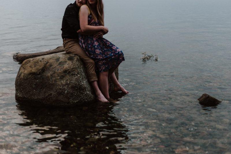 par sitter på rock kramar