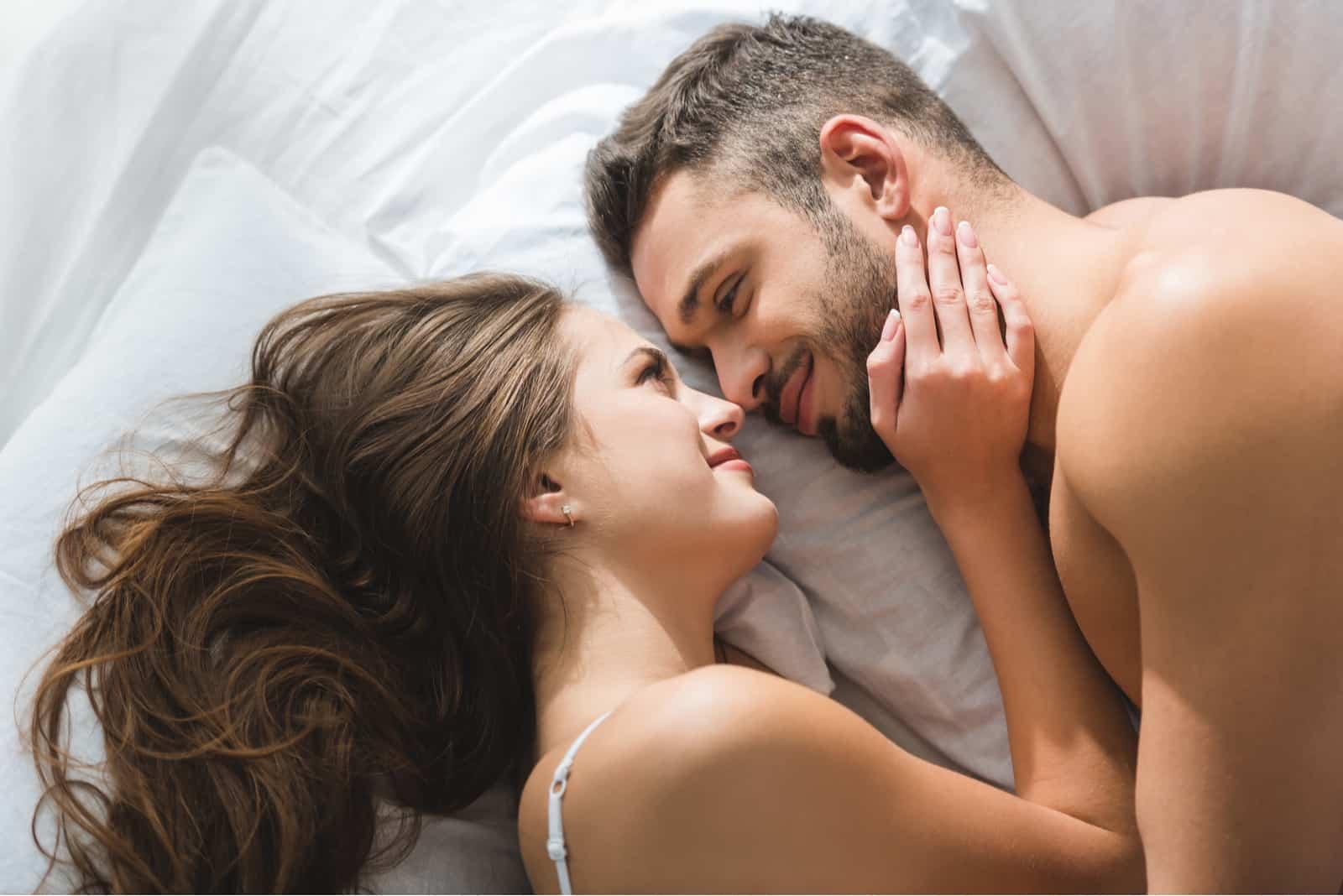 par som lägger sig i sängen