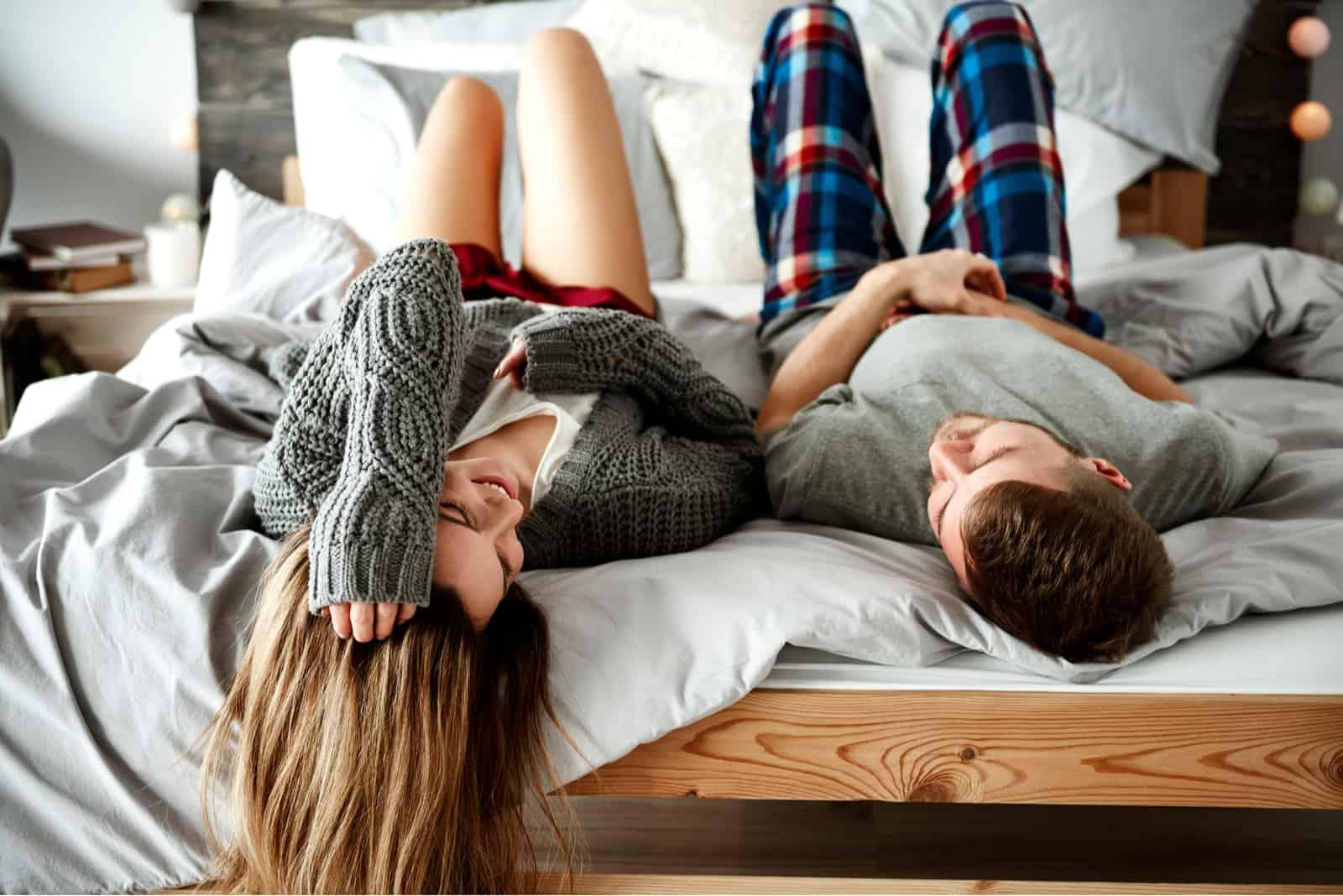 par som ligger i sängen och pratar