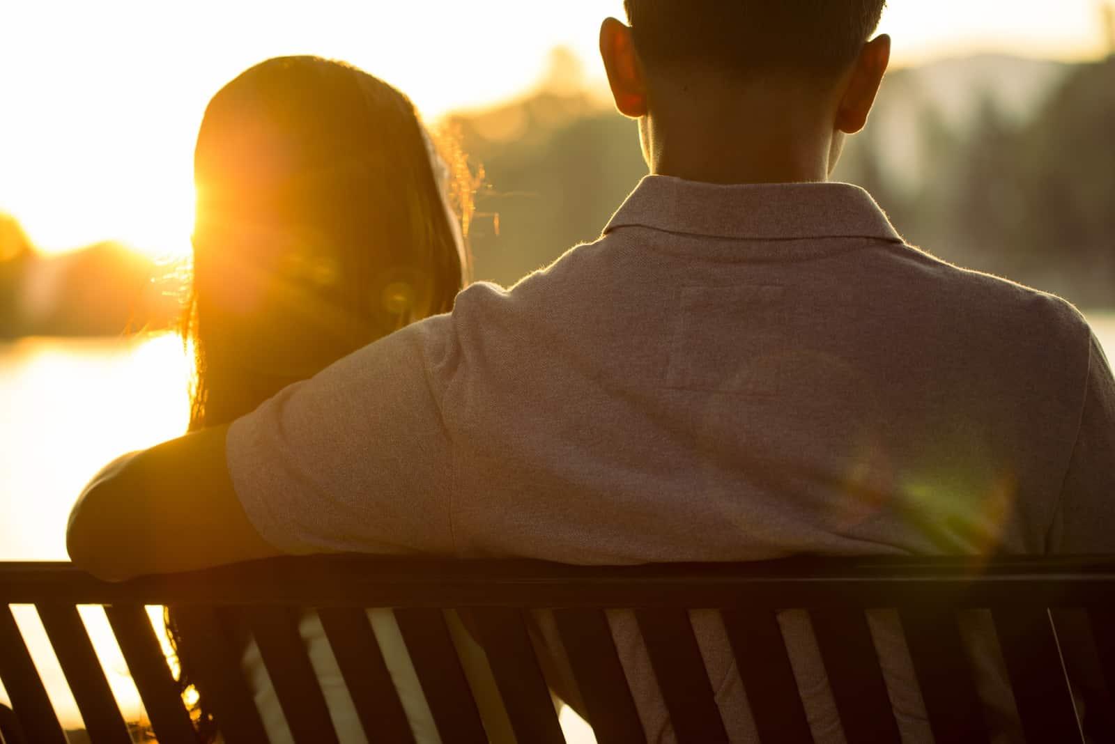 par som sitter på bänken