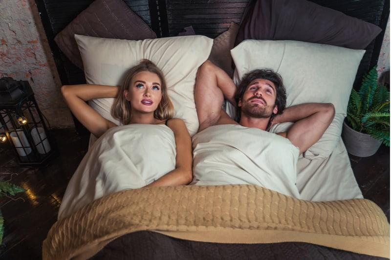 sexigt älskande par som ligger i sängen och pratar