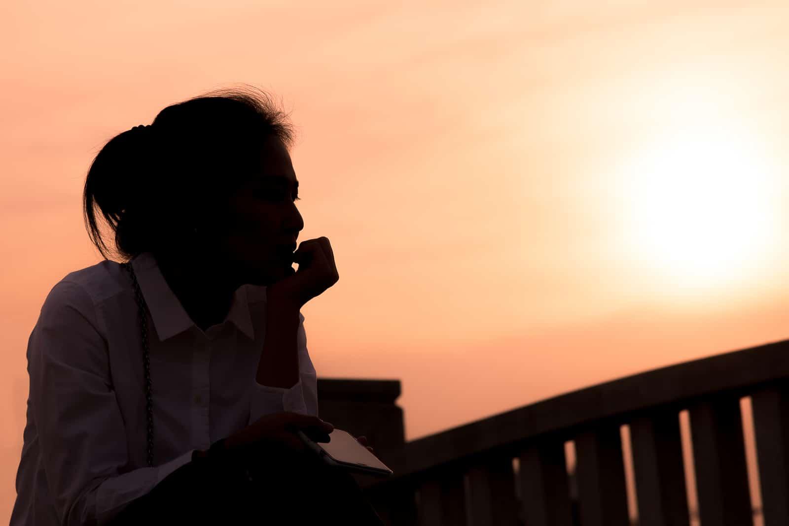 silhuett av kvinna som står utomhus