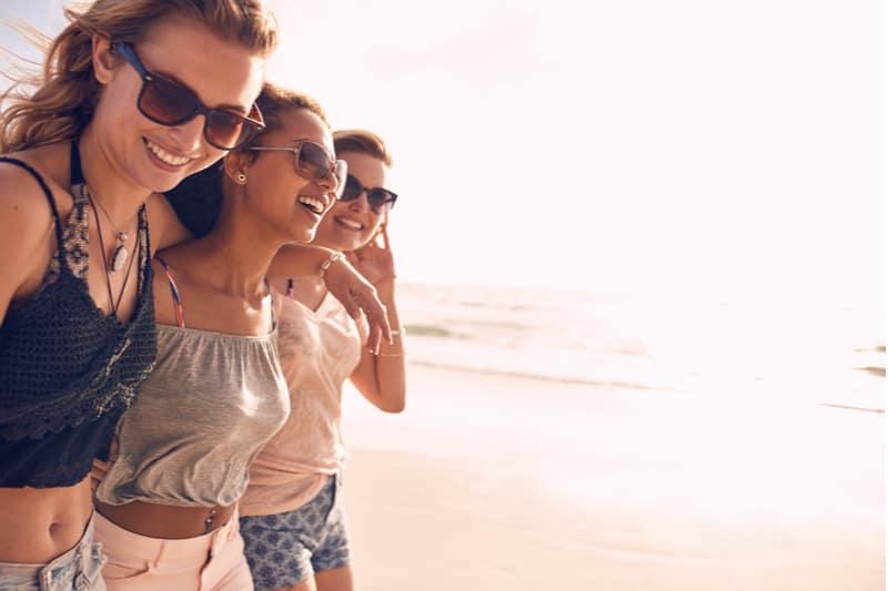 tre kvinder griner