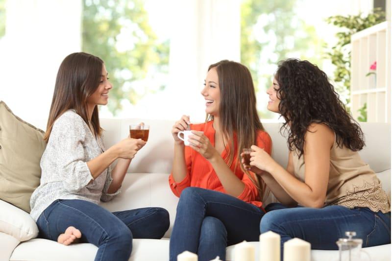 tre kvinder sidder i sofaen