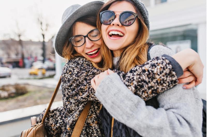 to kvinder krammer