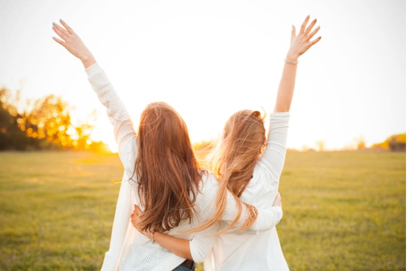 to kvinder, der krammer i naturen