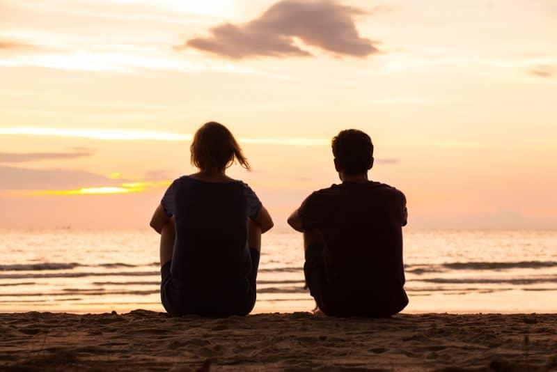 venner sidder sammen på stranden