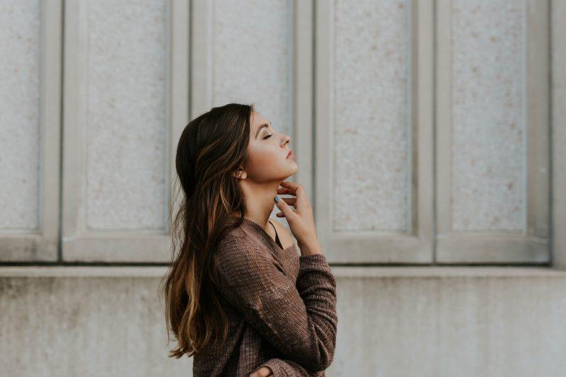 vacker brunett kvinna som står ensam