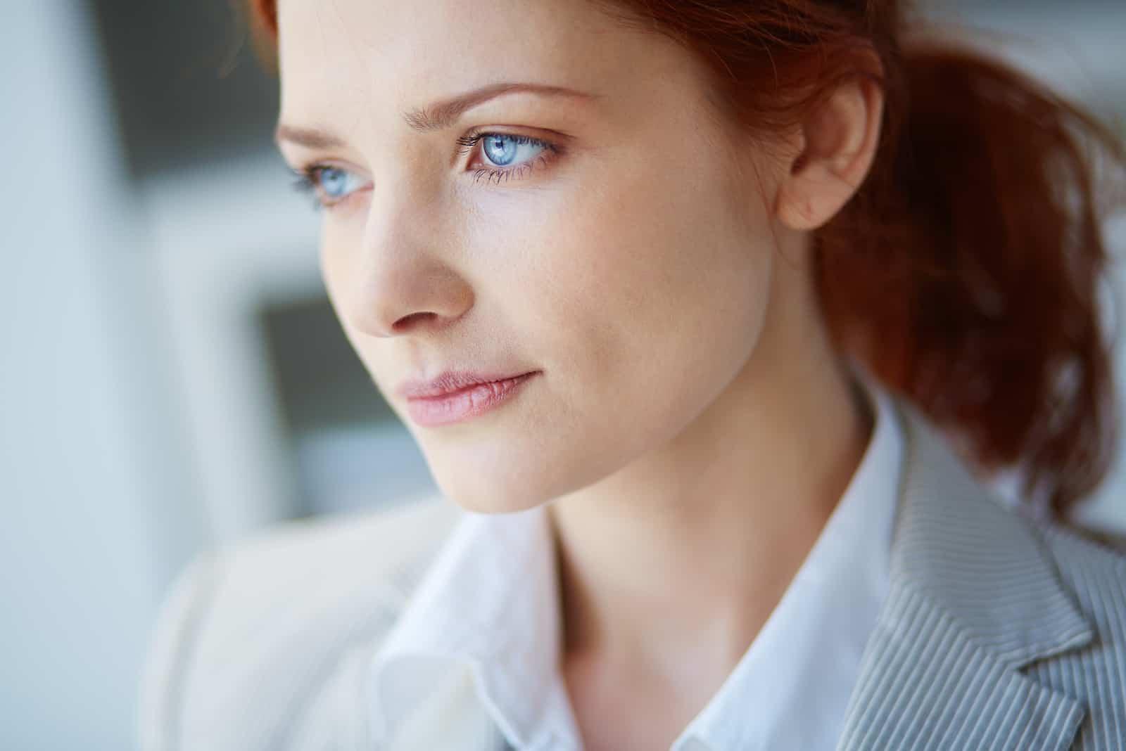 vacker ung kvinna med blå ögon