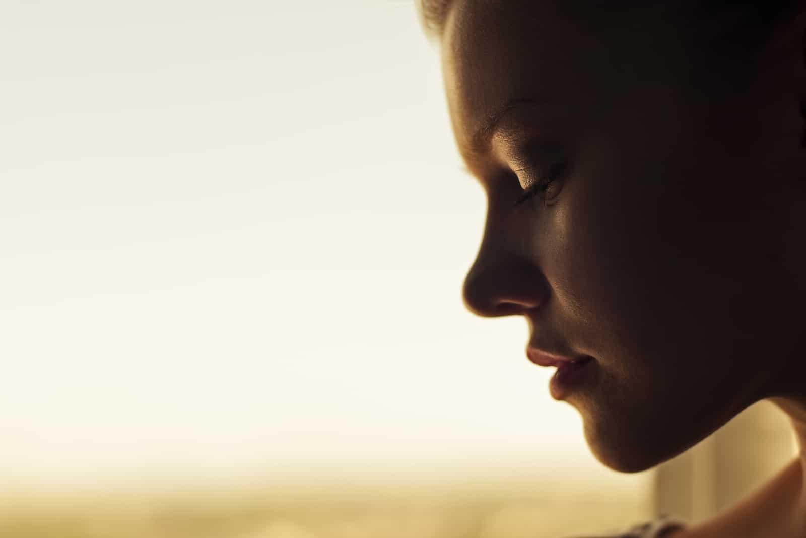porträtt av en vacker ung kvinna som tittar ner