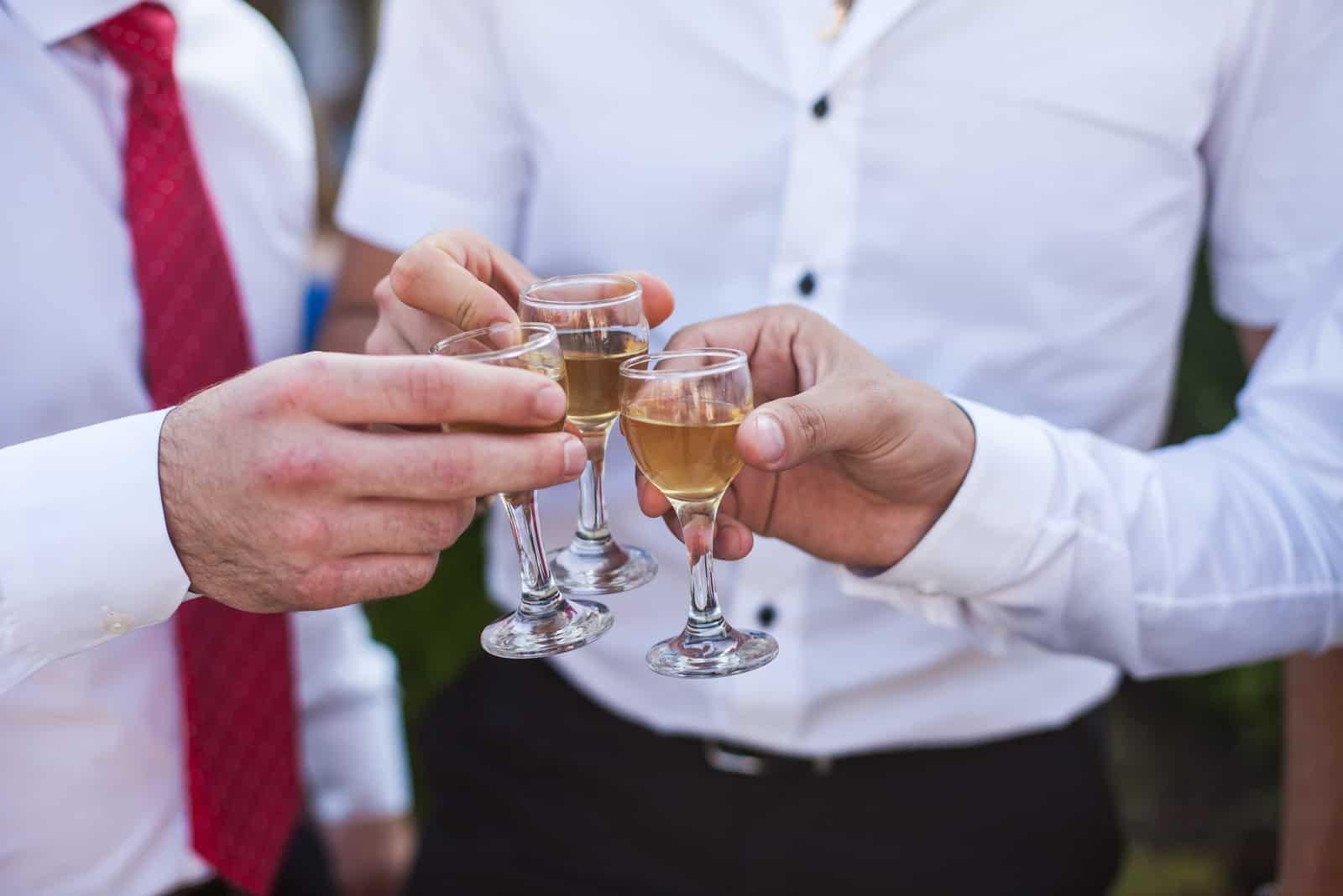 Brudgummen vänner som dricker på bröllopet