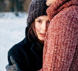 Unga sinnliga par som är förälskade som omfamnar i vinterdag